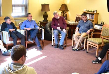 Il Vicario generale incoraggia gli studenti ad avere uno spirito missionario