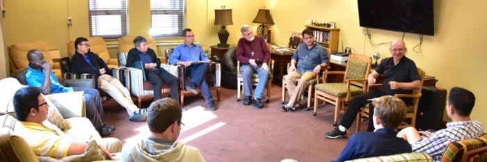 O Vigário Geral encoraja os estudantes a ter um espírito missionário